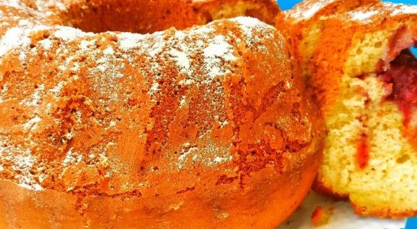 Пышный и ароматный кекс с клубникой