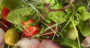 Салат из сельди овощей и микрозелени