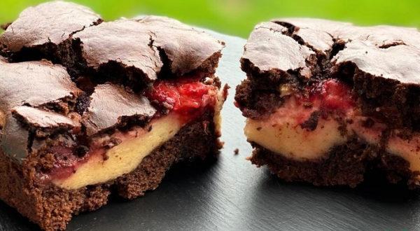Шоколадно творожный пирог с клубникой