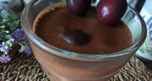 Шоколадно банановый десерт с черешней