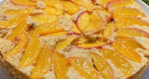 Персиковый пирог с орехами и изюмом