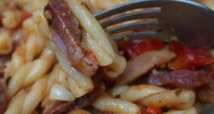 Паста с вяленым мясом и помидорами