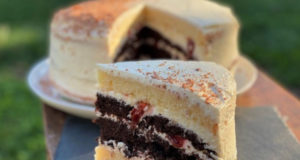Шоколадно-ванильный торт с вишней