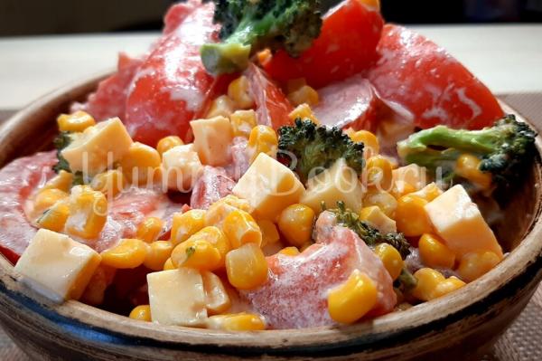 Салат с брокколи и помидорами